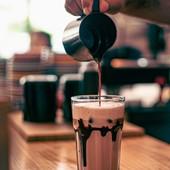 Temos as melhores combinações com o melhor café! Atreves-te a experimentar? 😜  Amaterra Artisan Roastery 📸 @views.finder  #goodmorning #goodmoment #meeplencoffee #thegoatlist #coffeetime
