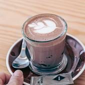 Choc-au-lait! Uma combinação de chocolate com espuma de leite e leite!  E os miúdos adoram!! ☺️  #chocoaulait #lait #chocolate #chocolatelovers #bebidasquentes #meeplencoffee #lanches
