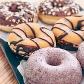 Qual o teu #donuts  favorito? 🥯🍩  Mirtilo? Com recheio de chocolate? Ou com recheio de 2 chocolates? 😜🤔  Se estás na dúvida vem tirá-la connosco! 😉🤤  #donuts #donutshop #donutsofinstagram #donutsdonutsdonuts #donutsrecheados #donutslovers #mirtilo #chocolatelovers #chocolate #chocolatecake