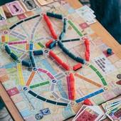 #tickettoridelondres um jogo muito divertido onde tens de construir conexões entre os distritos de Londres através das cartas coloridas que vão  amealhando e que terão de fazer coincidir com as cores das rotas impressas no mapa.   Trás os teus amigos e vem jogar connosco.. Até já. 😊